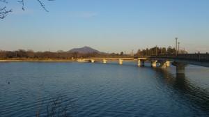 砂沼大橋と筑波山