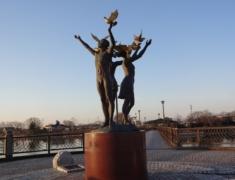 砂沼大橋のブロンズ像